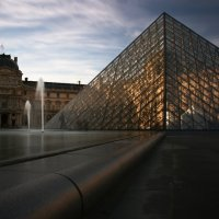 Museum in Paris - Pyramide du Louvre - CC-BY-NC-SA Thomas Valadon - FlickR